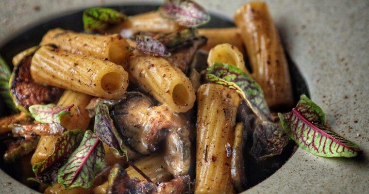 Rigatoni con Zucchine, Aglio Nero, Liquirizia e Cardamomo